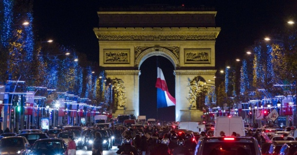 a-avenida-champs-elysees-ja-esta-iluminada-para-as-comemoracoes-de-natal-em-paris-na-franca-ao-fundo-o-famoso-arco-do-triunfo-1353526647386_956x500