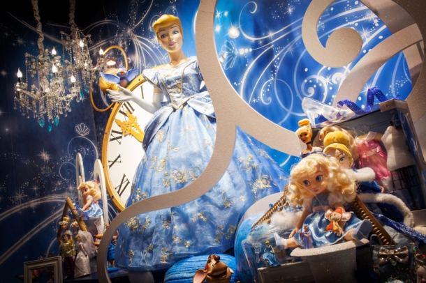 Vitrine-Disney-galleries-lafayette1
