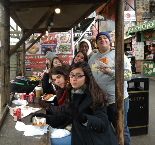 Bia, Arthur, Mariana & Mariana, Valentina e Renata se deliciando em almoço internacional!