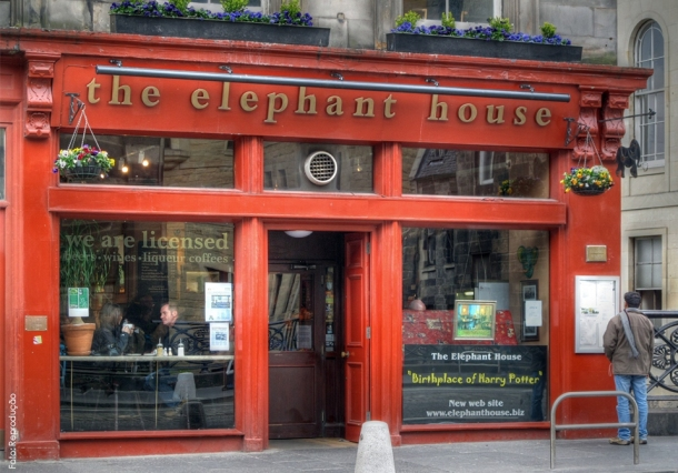 "O pub com a placa ""Birthplace of Harry Potter""."